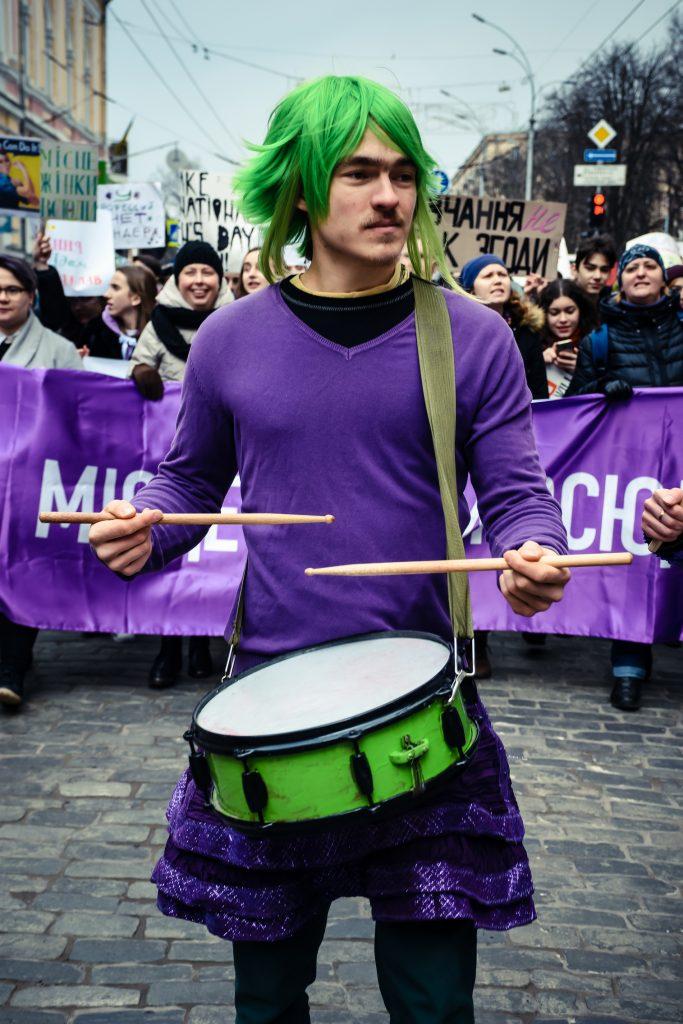 Чоловік-барабанщик на Марші жіночої солідарності, 8 березня 2019 р, Харків